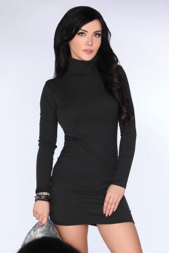 Czarna sukienka z golfem