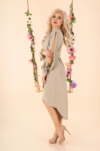 Beżowa sukienka z rozciętymi rękawami