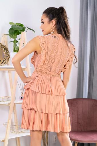 Brzoskwiniowa sukienka z plisowanym dołem