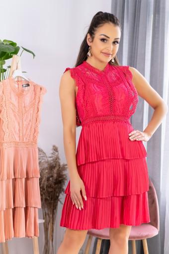Czerwona sukienka z plisowanym dołem