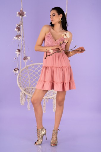 Różowa sukienka mini na cienkich ramiączkach