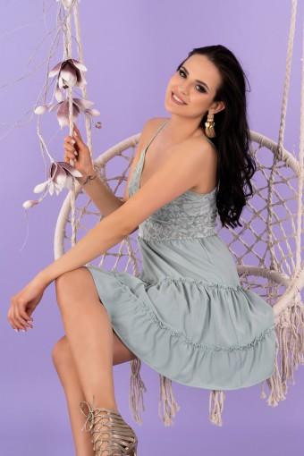 Miętowa sukienka mini na cienkich ramiączkach