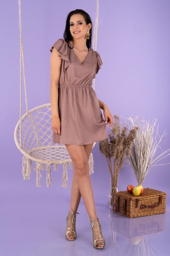 Brązowa sukienka mini z falbanką na ramionach