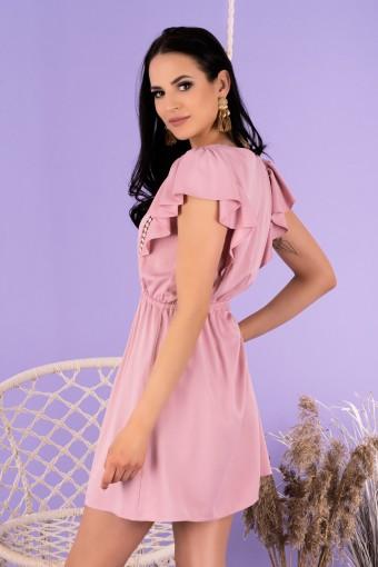 Pudrowa sukienka mini z falbanką na ramionach i gumką w pasie