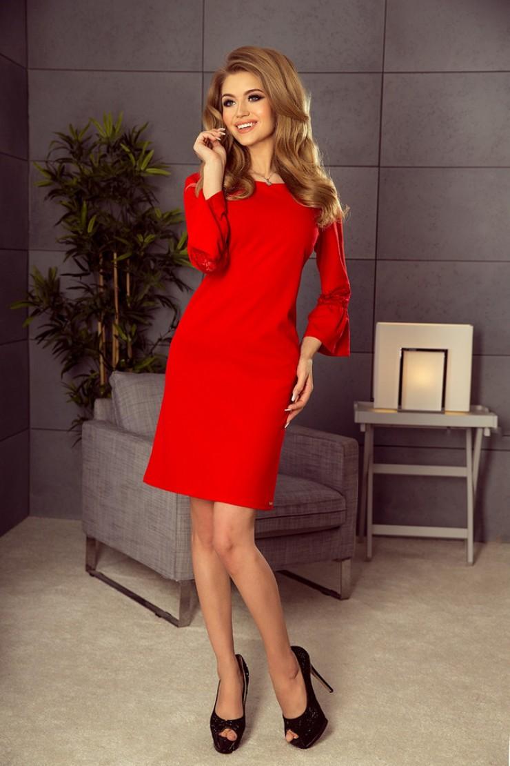 Czerwona sukienka z rozkloszowanymi rękawami