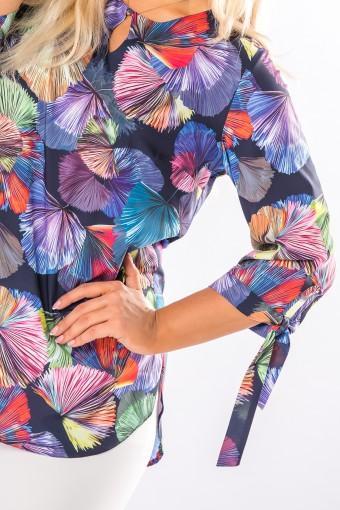 wzorzysta bluzka z rozcięciem na biuście i wiązaniem przy mankietach