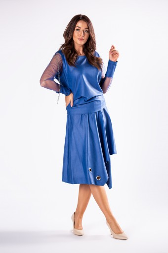 Niebieska bluzka z asymetryczną spódnicą