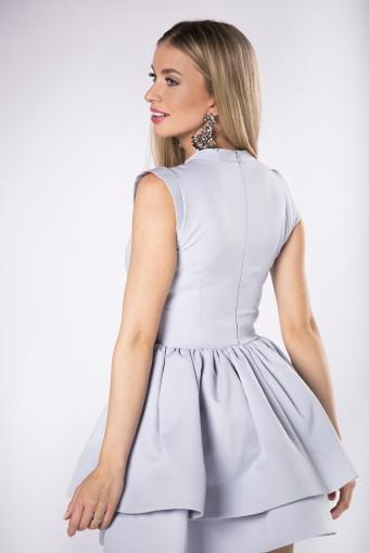 monochromatyczna sukienka z ozdobnymi zaszewkami