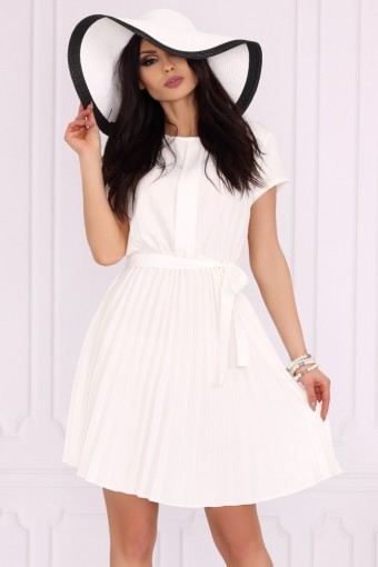 Biała sukienka z plisowanym dołem