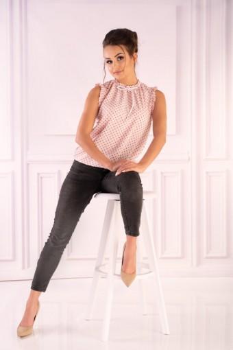 Różowa bluzka ze stójką bez rękawów w szare kropki