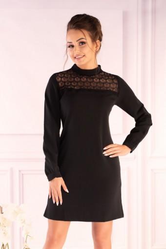 Czarna sukienka ze stójką i koronką przy dekolcie
