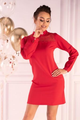 Czerwona sukienka ze stójką i koronką przy dekolcie