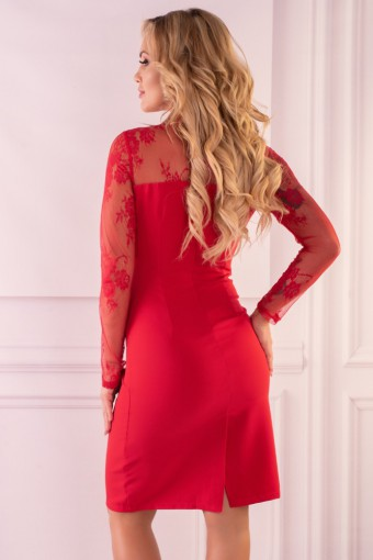 Czerwona sukienka z koronkowymi rękawami