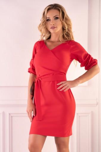 Czerwona sukienka wiązana w pasie