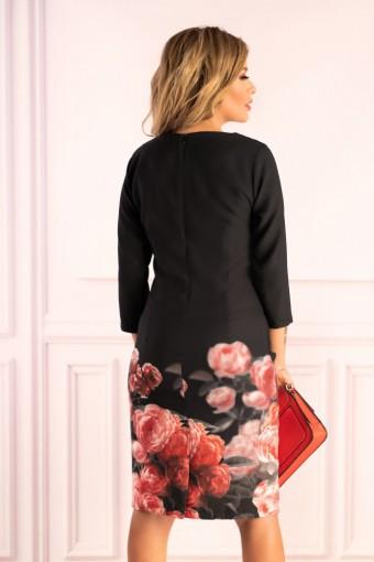 Czarna sukienka z kwiatami na dole