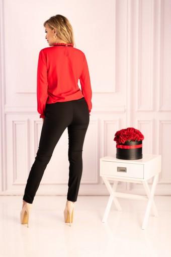 Czerwona bluzka z długim rękawem i stójką